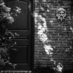 A pipoca, a porta e o tom azul avermelhado da fofoca