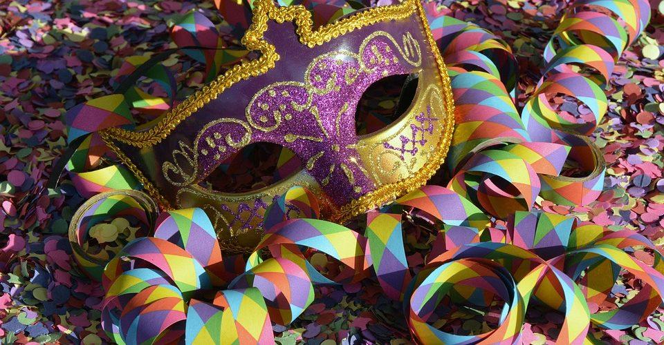 Máscara e serpentinas de carnaval