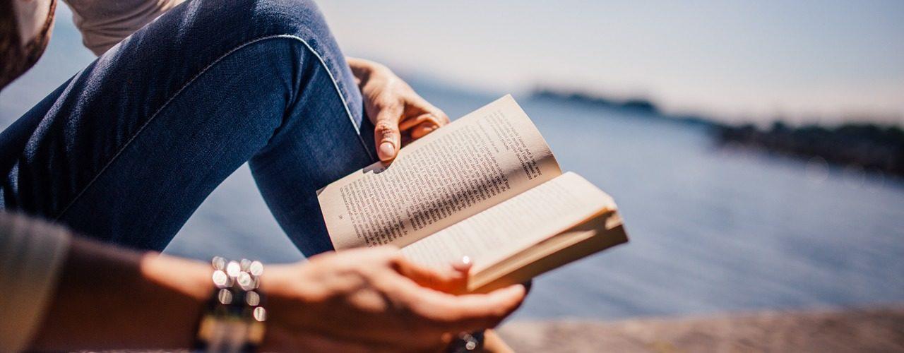 Mulher lendo sob o sol